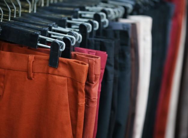 Calças coloridas com cabide na prateleira Foto Premium