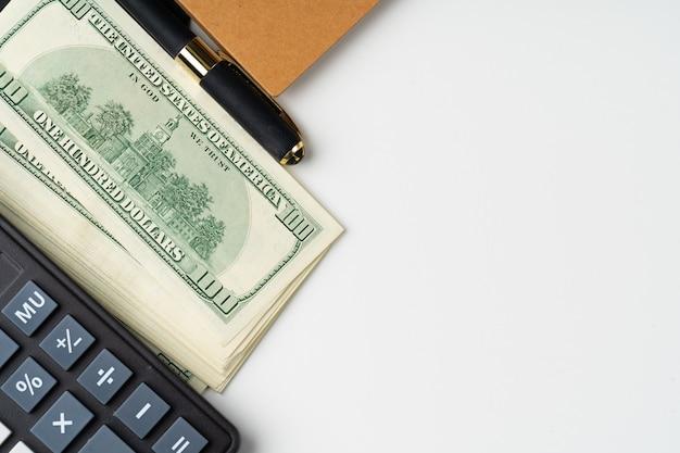 Calculadora com dólares americanos pilha close-up Foto Premium