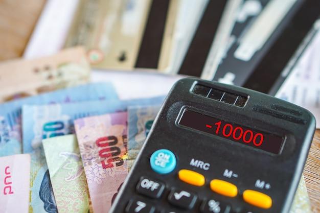 Calculadora com número em déficit orçamentário para dívida Foto Premium
