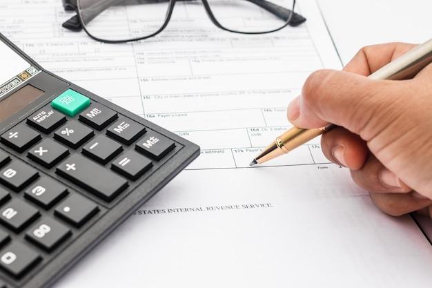 Calculadora e documentos para trabalhar na mesa, finanças e economia, conceito de negócio. Foto Premium