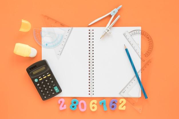 Calculadora plana de matemática e ciências com notebook Foto gratuita