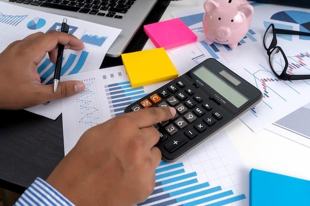 Calcular os números, finanças contabilidade gráfico financeiro com diagrama de rede social Foto Premium