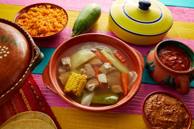 Caldo de res mexican caldo de carne na mesa Foto Premium