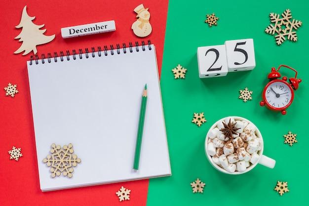 Calendário 25 de dezembro xícara de cacau e marshmallow, bloco de notas aberto vazio Foto Premium