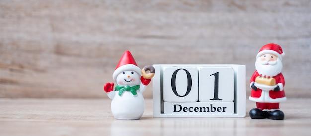 Calendário de 1 de dezembro com decoração de natal, boneco de neve, papai noel Foto Premium