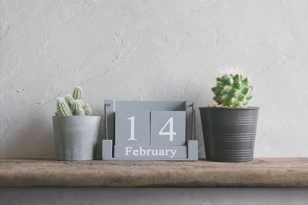 Calendário de madeira vintage para 14 de fevereiro na mesa de madeira Foto Premium