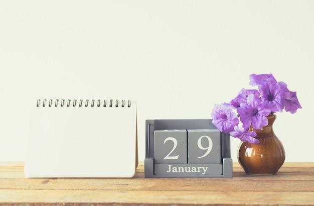 Calendário de madeira vintage para 29 de janeiro dia na mesa de madeira Foto Premium