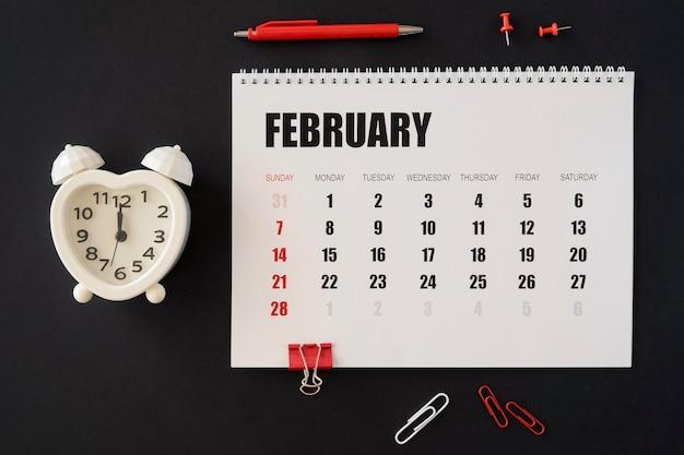Calendário de mesa plano em fundo escuro Foto gratuita
