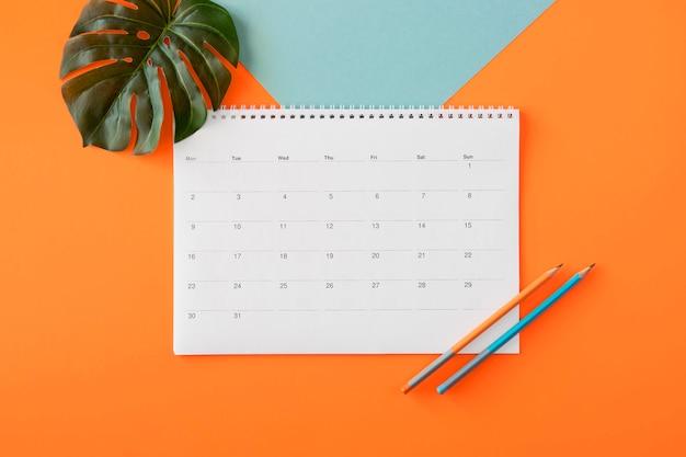 Calendário de planejador plano com folha monstera Foto gratuita