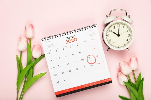 Calendário e relógio anúncio da primavera Foto gratuita