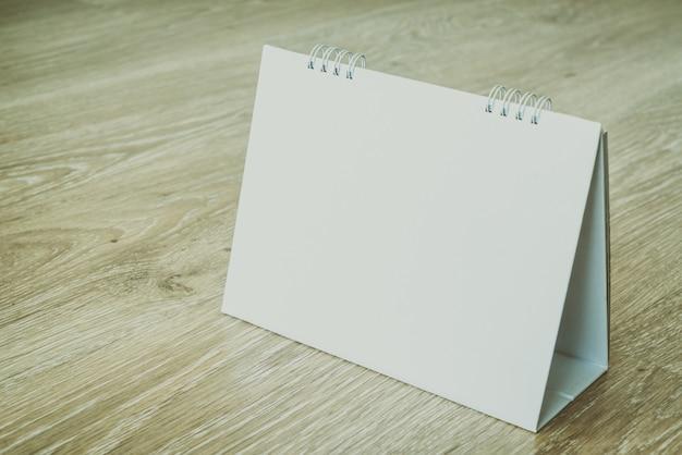 Calendário em branco no fundo de madeira Foto gratuita