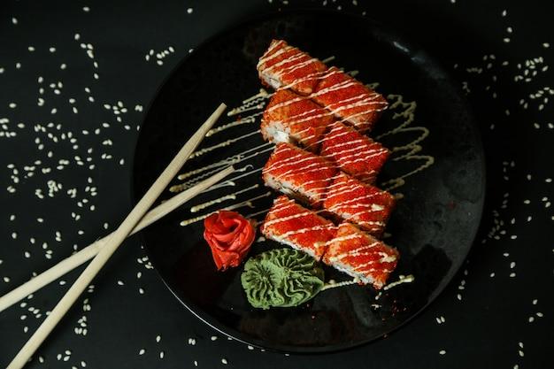 Califórnia rolo de caranguejo creme de queijo gengibre wasabi vista superior Foto gratuita