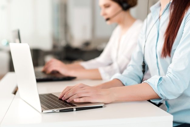 Call center, com, trabalhadores escritório, digitando, ligado, um, laptop, e, responder, chamada cliente Foto Premium