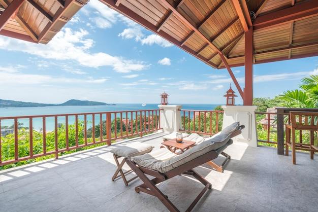 Cama de sol na varanda de vista para o mar da casa Foto Premium