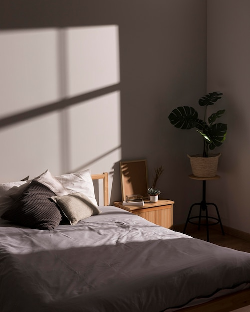 Cama minimalista com planta interior Foto gratuita