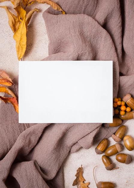 Camada plana de papel com folhas de outono e bolotas Foto gratuita