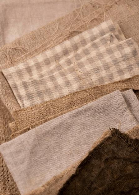 Camada plana de tecidos monocromáticos coloridos Foto gratuita