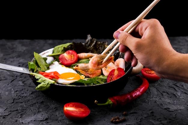 Camarão asiático e salada de legumes Foto gratuita