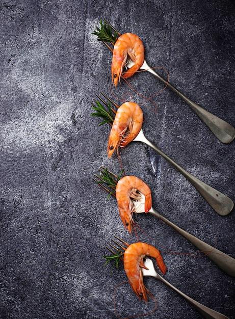 Camarão camarão no garfo. foco seletivo Foto Premium