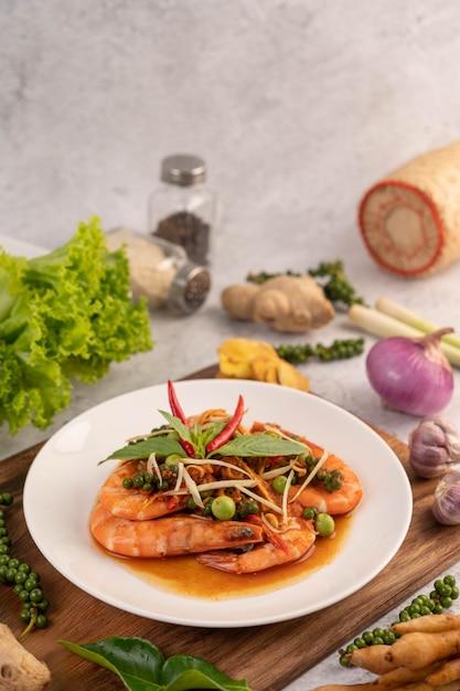 Camarão chuchi em um prato com sementes de pimenta fresca Foto gratuita
