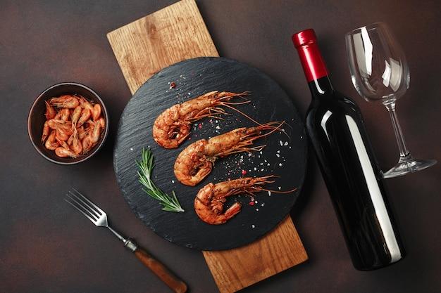 Camarão, com, garrafa, vinho, ligado, enferrujado Foto Premium