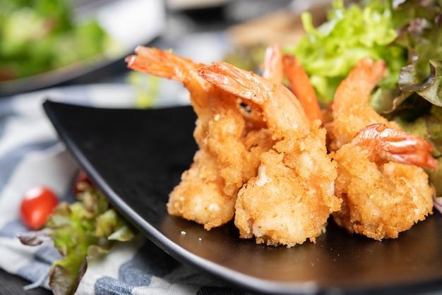 Camarão crocante com salada Foto gratuita