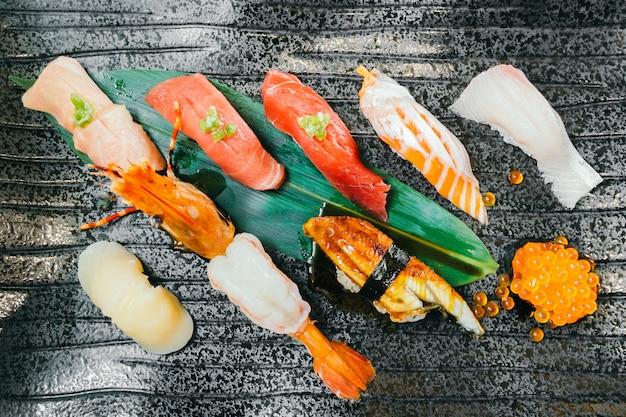 Camarão de atum salmão cru e fresco e outro sushi Foto gratuita