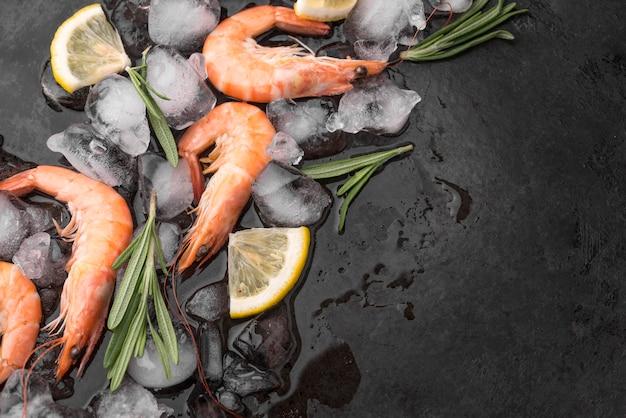Camarão fresco de frutos do mar no gelo Foto gratuita