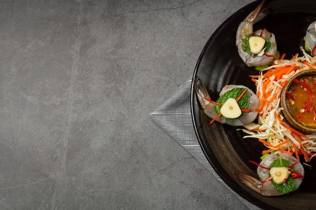 Camarão fresco embebido em molho de peixe, comida tailandesa. Foto gratuita