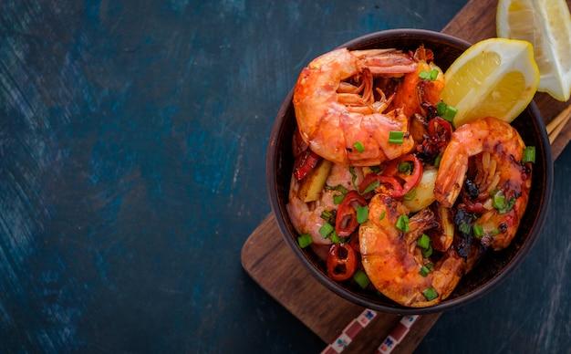 Camarao Frito Com Pimenta Alho E Limao Cozinha Mediterranea Cozinha Asiatica Foto Premium