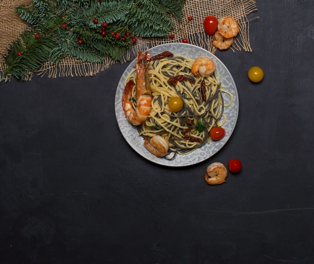 Camarão frito com vista superior de nuddles Foto gratuita