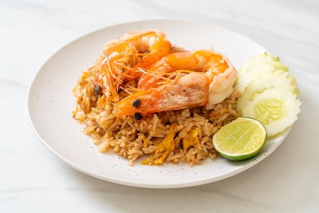 Camarão gigante em arroz frito com pasta de camarão Foto Premium