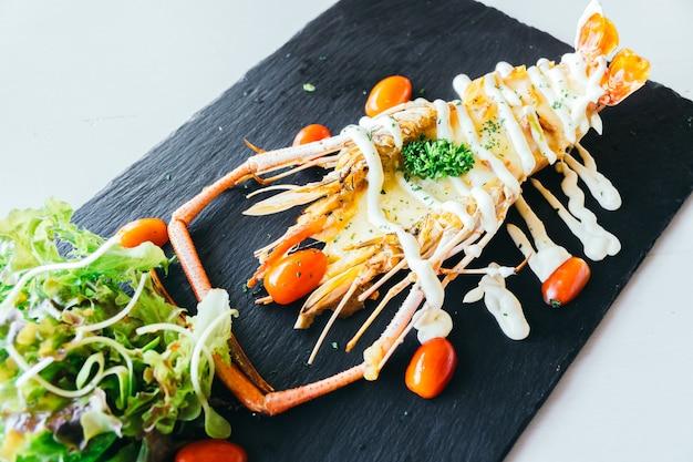 Camarão grande grelhado ou camarão com molho Foto gratuita