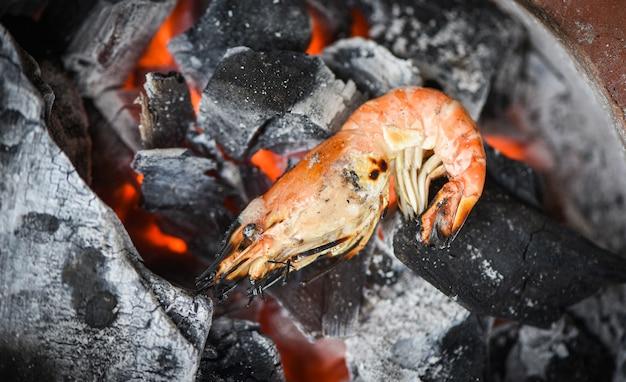 Camarão grelhado, churrasco, frutos do mar, em, camarão carvão, camarão, cozido, queimado Foto Premium