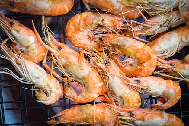 Camarão grelhado churrasco frutos do mar no fogão camarão camarão cozido queimado na churrasqueira Foto Premium