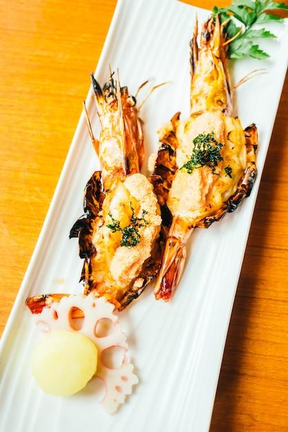 Camarão grelhado ou camarão com molho Foto gratuita