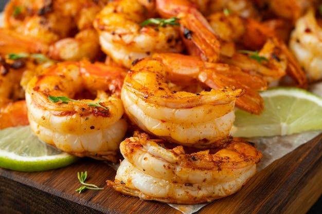 Camarão grelhado ou camarão servido com limão. Foto Premium