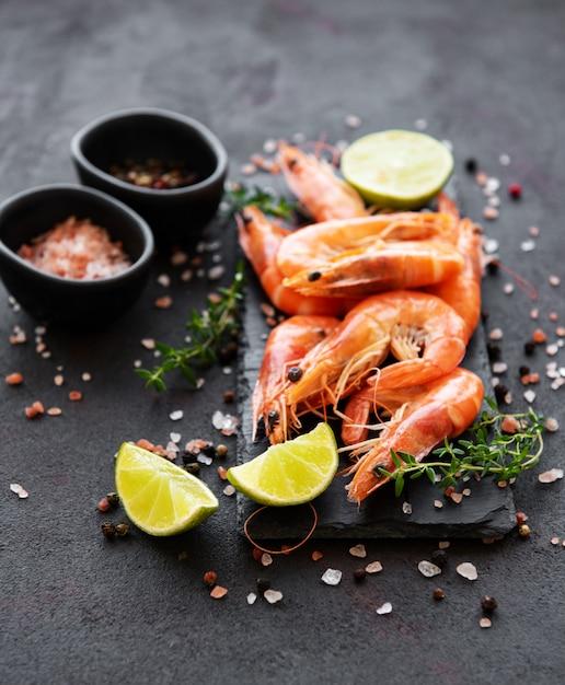 Camarão ou camarão servido com limão Foto Premium
