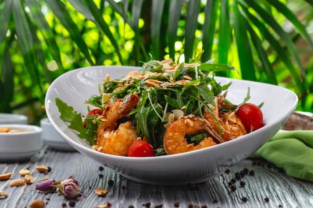 Camarão salada tomate rúcula amendoim molho vista lateral Foto gratuita