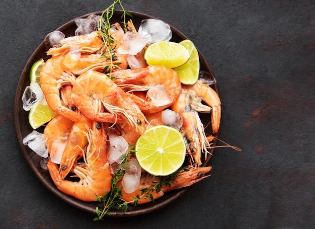 Camarão servido em um prato Foto Premium