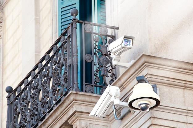 Câmaras de vigilância video do cctv em um edifício. video vigilância. câmeras de segurança. Foto Premium