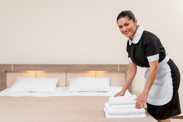 Camareira no quarto de hotel Foto gratuita