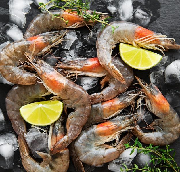 Camarões crus frescos Foto Premium