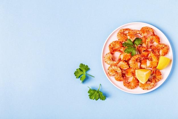 Camarões grelhados com limão, salsa e alho Foto Premium