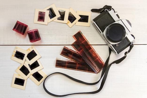 Câmera antiga com negativos e slides Foto Premium