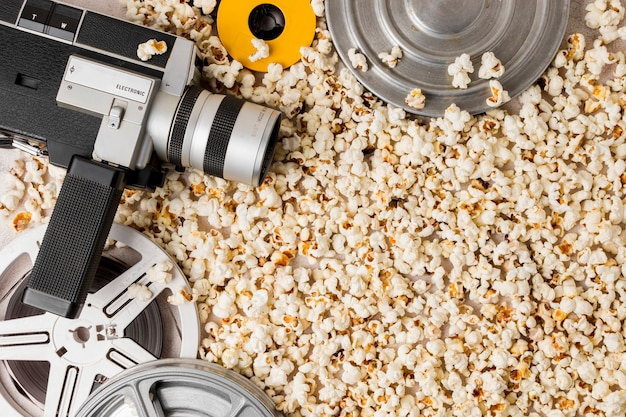 Câmera de bobina de filme e filmadora em pipocas Foto gratuita