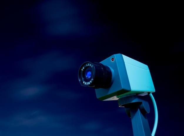 Câmera de cctv ao ar livre com céu e nuvem Foto Premium