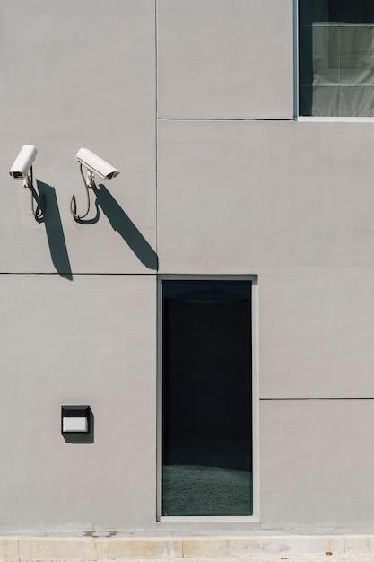 Câmera de cctv na frente do prédio Foto gratuita