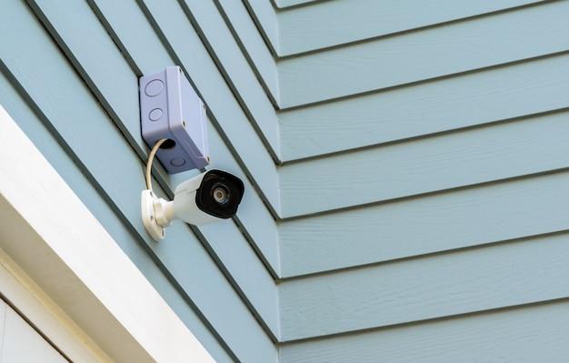 Câmera de cctv na parede de madeira Foto Premium