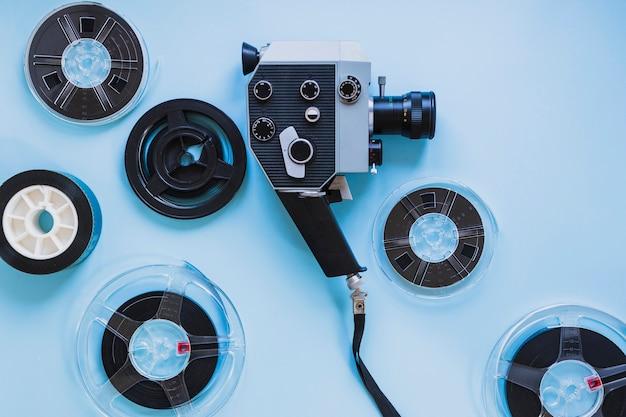 Câmera de filme e filmstrips em azul Foto gratuita